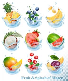 水のしぶきの果物の大きなコレクション。パイナップル、マンゴー、バナナ、ナシ、スイカ、ブルーベリー、グアバ、イチゴ、ココナッツ、イチゴ、ラズベリー。セットする