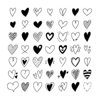 다른 손으로 그린 하트 낙서의 큰 세트입니다. 로맨틱 하트 모양 아이콘의 컬렉션