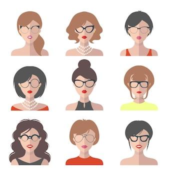 フラットスタイルのメガネのさまざまな女性のアイコンの大きなセット。