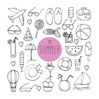 スーツケース、フリップフロップ、サングラス、飛行機、カクテル、帽子、ライフライン、ヨット、風船、魚、アイスクリームと手描きの夏の落書きの大きなセット。白い背景の上のベクトル旅行イラスト。