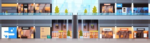 大きいショッピングモールの内部の横の旗の現代小売店