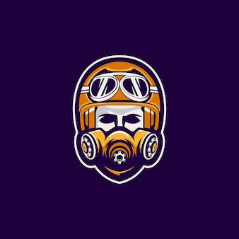 マスクのロゴデザインを持つバイカーの男