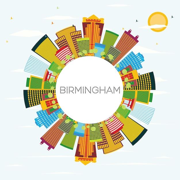 色の建物、青い空、コピースペースのあるバーミンガムのスカイライン。ベクトルイラスト。出張と観光の概念。プレゼンテーションバナープラカードとwebサイトの画像。