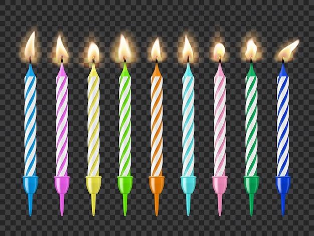 バースデーケーキキャンドル、キャンドルライトの火の炎、透明な透明な背景に分離されたカラフルなベクトル燃焼キャンドル。装飾的な輝きのデザイン要素、パーティー用の機器、リアルな3dセット