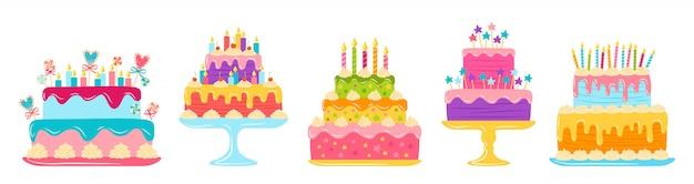 誕生日ケーキフラットセット。漫画のカラフルなおいしいデザート。パーティーデザイン要素、キャンドル、チョコレートスライス、クリーム。ホリデーパーティーのお菓子のパイ。白い背景で隔離の図