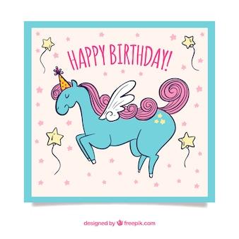 Scheda di compleanno con stile disegnato unicorno carino in mano