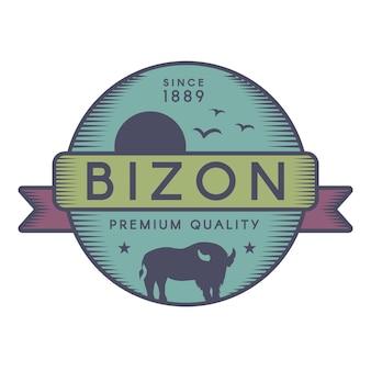 Bizonのベクトルのロゴのテンプレート。アメリカの水牛、飛んでいる鳥と太陽のシルエット。野生動物