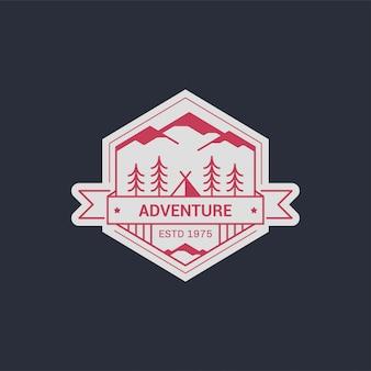黒と白のラインキャンプバッジ。登山や森林キャンプのエンブレム。