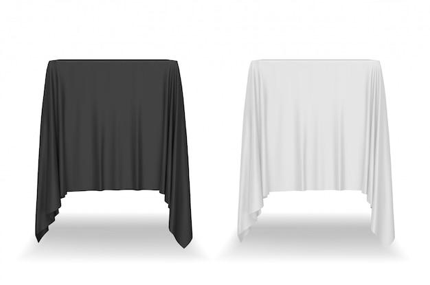白い背景に分離された黒と白のテーブルクロス。