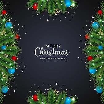 녹색 분기와 검은 배경 황금 별 하늘색과 크리스마스 조명 눈이 있는 빨간색 공