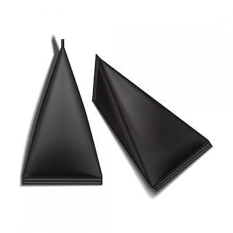 Черный пустой треугольный пакет картонной упаковки набор сока или молока.