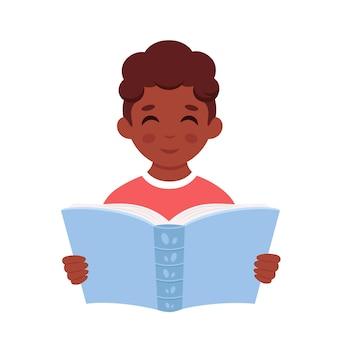 本を読んでいる黒人の少年本で勉強している少年