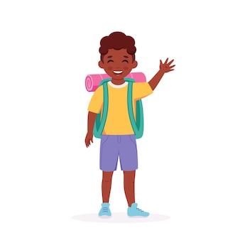 バックパックと寝袋を持った黒人少年スカウトキャンプサマーキッズキャンプ