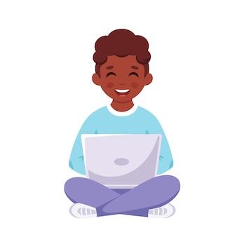 노트북으로 공부하는 흑인 소년 학교로 다시 온라인 학습