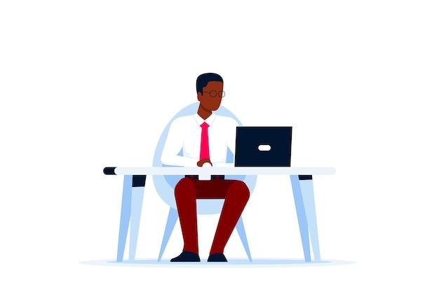 Черный деловой человек, работающий на компьютере за столом. плоский стиль.