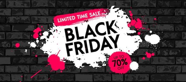 그런 지 벽돌 벽 바탕에 흰색과 빨간색 페인트 얼룩으로 검은 금요일 판매 배너 디자인. 기간 한정 판매 그래픽 포스터.