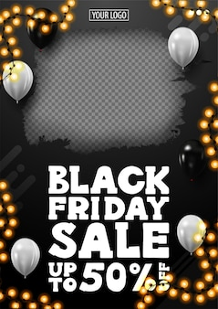 Распродажа «черная пятница», скидки до 50%, черный вертикальный баннер со скидкой с местом для фото, белые воздушные шары в воздухе и рамка-гирлянда.