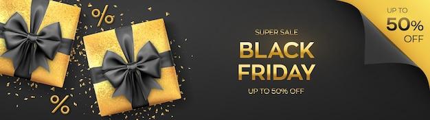 Черная пятница супер распродажа. реалистичные золотые подарочные коробки с черными бантами. темный фон с настоящими коробками и золотыми символами процентов. горизонтальный баннер, плакат, заголовок сайта. векторная иллюстрация.