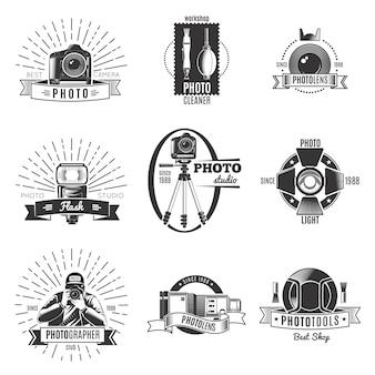 最高のカメラワークショップフォトクリーナーフォトレンズの説明が設定された黒の孤立したビンテージ写真家のロゴ