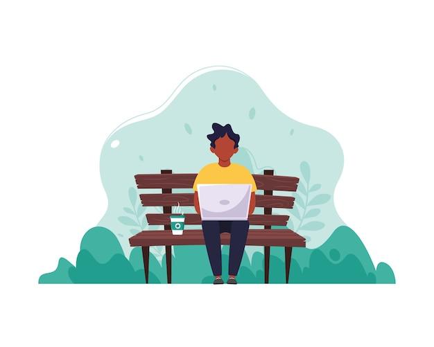 Черный человек сидит на скамейке с ноутбуком и кофе. понятие удаленной работы, фриланса, электронного обучения. в плоском стиле.