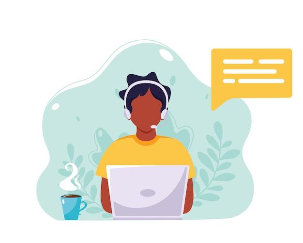 Черный человек с наушниками и микрофоном работает на ноутбуке. обслуживание клиентов, помощь, поддержка, концепция call-центра. в плоском стиле.
