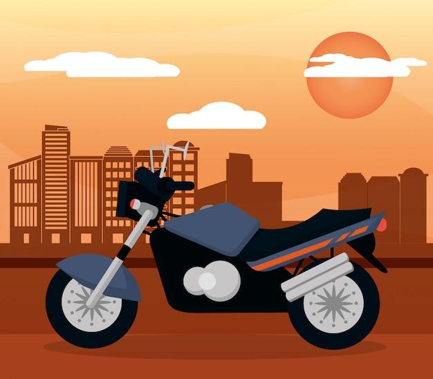 黒のオートバイ市日没