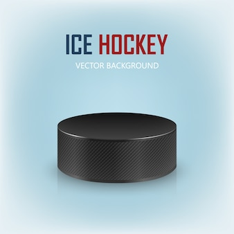 Черная реалистичная хоккейная шайба на катке