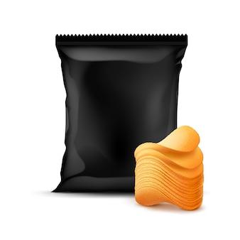 Черный полиэтиленовый пакет с вертикальной запечатанной фольгой для дизайна упаковки со стеком картофельных хрустящих чипсов крупным планом на белом фоне