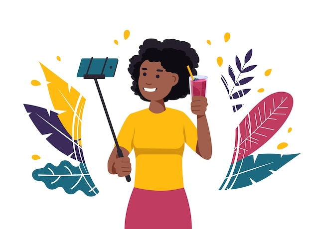 Черная женщина делает селфи с коктейлем