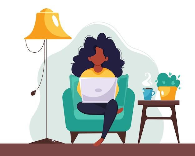 Черная женщина, работающая на ноутбуке дома. фриланс, учеба, концепция удаленной работы. в плоском стиле.