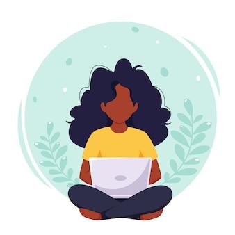 노트북에서 일하는 흑인 여성. 프리랜서, 원격 근무, 온라인 학습, 재택 근무.