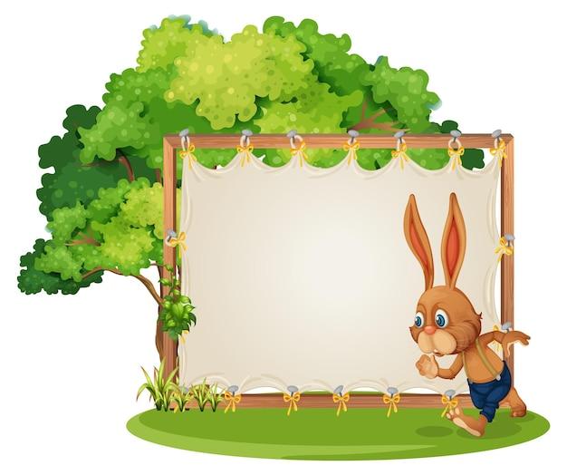 Banner vuoto in giardino con un coniglio isolato