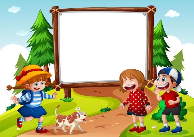 Bandiera in bianco con tre bambini nella scena della natura
