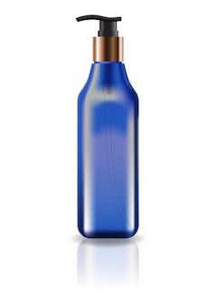 空の青色の化粧品スクエアボトル、ポンプヘッド付き。