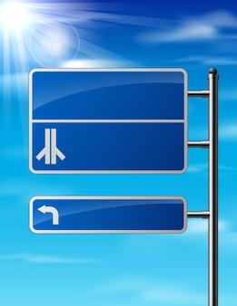Пустой синий дорожный знак на фоне неба