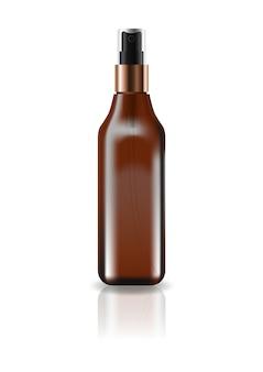 空の茶色の化粧品のスクエアボトル、プレススプレーヘッド付き。