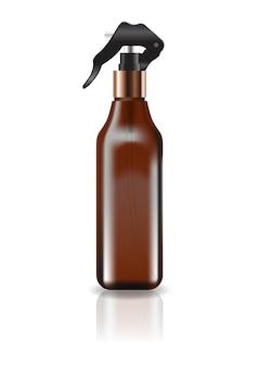 空白の茶色の化粧品のスクエアボトルスプレーヘッド。
