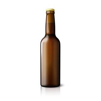 Пустая коричневая реалистичная пивная бутылка на белом фоне с отражением и местом для вашего дизайна и брендинга.