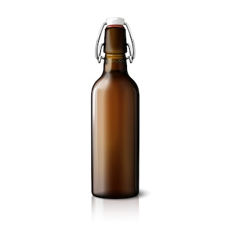 Пустая коричневая реалистичная ретро пивная бутылка на белом фоне