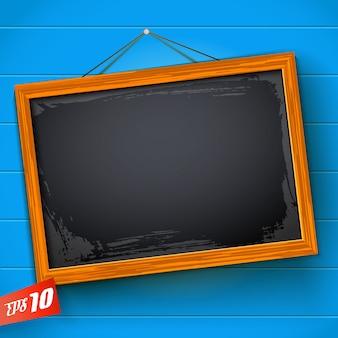 木製フレームでぶら下がっている空白の黒板