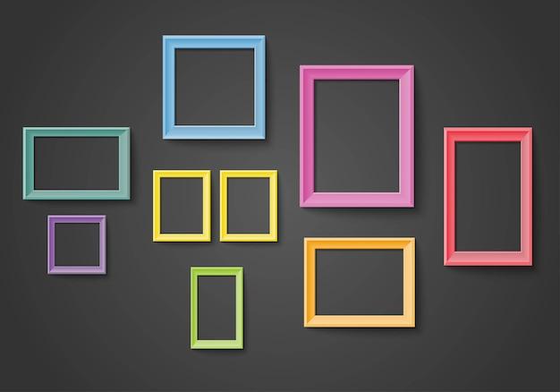 Пустой красочный набор рамок на стене