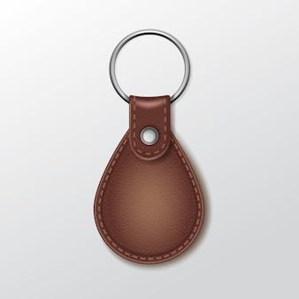Пустой кожаный круглый брелок с кольцом для ключа на белом фоне