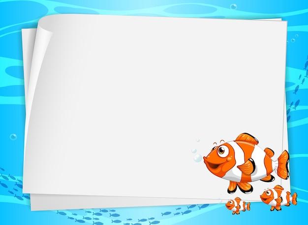 Banner di carta bianca con pesci carini e sullo sfondo sott'acqua