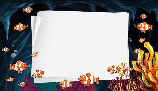 Шаблон пустой бумаги с экзотическими рыбками мультипликационный персонаж в подводной сцене