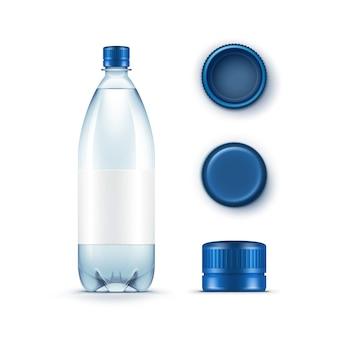 Пустая пластиковая бутылка с голубой водой с набором крышек на белом фоне