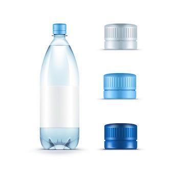 Пустая пластиковая бутылка с голубой водой с набором крышек