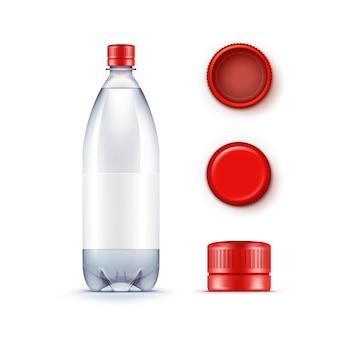 Пустая пластиковая бутылка с голубой водой с набором красных колпачков на белом фоне