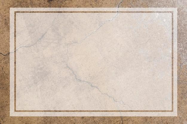 老化した茶色のコンクリートの壁に空白の透明なフレーム