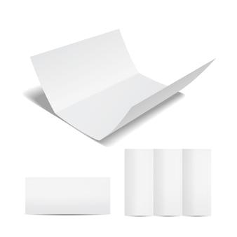 Opuscolo bianco vuoto o modello di volantino con un foglio di carta a tre ante nel formato aperto chiuso e parzialmente aperto su un bianco per il marketing e la pubblicità