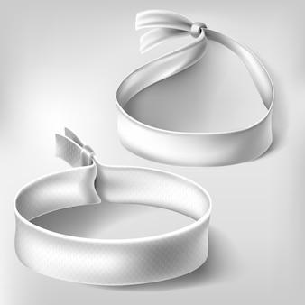 Bracciale bianco in carta o stoffa con chiusura.